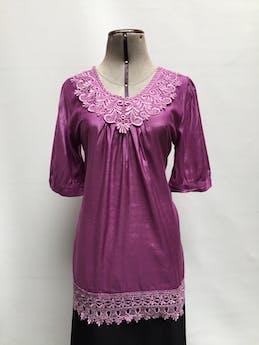 Blusa larga morada satinada y con brillos, escote en V y basta con detalle de guipur al tono y manga 3/4  Talla M foto 1